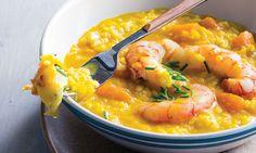 Comece por preparar o caldo, onde é cozinhado o risotto de abóbora lentamente, termine com os camarões cozinhados a vapor.