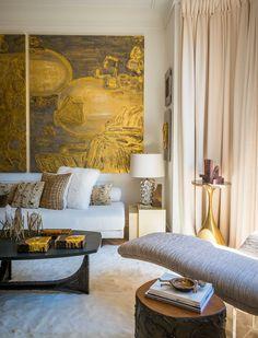 Dans son appartement tout en lumière et en camaïeu d'ivoire, Chahan Minassian, le plus parisien des décorateurs libanais, décrypte en quelques mots clés l'essence de son style, entre opulence et distinction. © Jérôme Galland