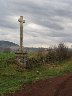 Des croix en pierre bordent le chemin à la sortie du Puy.
