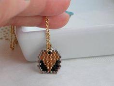 C'est une belle lettre élégante et coeur collier en chaîne de coeur noir argent peut être un cadeau personnalisé pour femme. ce breloques coeur, j'ai créé par lettre à la main de votre choix. Ce collier initiale en argent fait un grand cadeau personnalisé pour quelquun de spécial dans votre