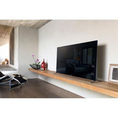 Sony unveiled the Series of BRAVIA LCD televisions, its thinnest range of TVs to date with edge-to-edge viewing. Living Room Tv, Home And Living, 75 Inch Tvs, Tv Nook, Tv Board, Tv Shelf, Diy Tv Stand, Tv Furniture, Tv Wall Design