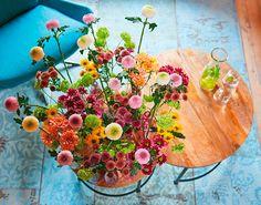 Bloementrend   Zomerse kleurige bloemen  Stek Magazine Flower Arrangements, Eco Friendly, Floral Wreath, Wreaths, Table Decorations, Flowers, Home Decor, Espresso, Paradise