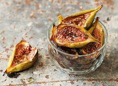 Figos assados com mel e tomilho        Receita de Simone Izumi, do blog Chocolatria (chocolatria.com)