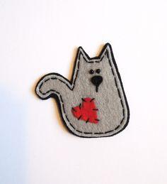 Kočička Agáta zamilovaná Brož je vyrobená zplsti ve tvaru kočičky. Brož je pevná vyrobená zdvou vrstevkvalitní plsti. Celková velikost brože cca 7 cm. Vzadní části brože je upevněná spona spojistkou. Brož lze pohodlně připevnit na tašku, šátek, sako nebo jiný textil.