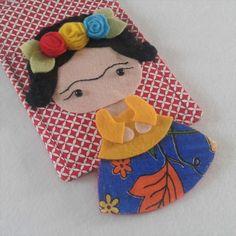 Suporte/Porta Carregador de Celular   Dia das Mães   Mãe Empoderada   Frida - Fridinha - Flores no cabelo -  Flores de feltro - Chita - Frida Kahlo Vem conhecer o Raquel Yopán Estúdio Criativo!