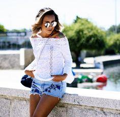 look-bata-ombro-a-ombro-manga-flare-detalhes-de-renda-shorts-jeans-bordado-alpagatas-listras-azul-e-branco3