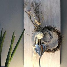WD91 - Zeitlose Wanddeko! Wanddeko aus neuem Holz, weiß gebeizt, dekoriert mit natürlichen Materialien, zwei Rebenkränzen, Filzbänder, Filzrose und einem Metallherz! Preis 39,90€ Größe 30x60cm