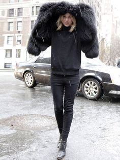 Street style in the snow Part II Style Noir, Mode Style, Style Me, Mode Punk, Streetwear, Looks Street Style, Mode Inspiration, Color Negra, Wearing Black