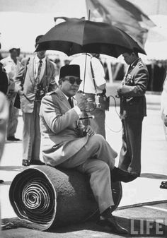 Sukarno was an Indonesian politician who was the first president of Indonesia, serving from 1945 to Old Pictures, Old Photos, The Proclaimers, Dutch East Indies, Founding Fathers, Aesthetic Photo, My People, Victoria, Historical Photos