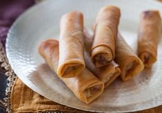Chinese Spring Rolls With Chicken Recipe - Light, crisp-crackly skin and small enough to enjoy in 4 bites, light and full of tender-crisp vegetables filling Easy Spring Rolls, Chinese Spring Rolls, Chinese Egg Rolls, Kitchen Recipes, Cooking Recipes, Chicken Crisps, Chicken Rice, Chicken Spring Rolls, Egg Roll Recipes
