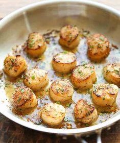 Tout ce dont vous avez besoin c'est cinq ingrédients et dix minutes et vous mangerez les meilleurs pétoncles grillés au beurre à l'ail au monde!