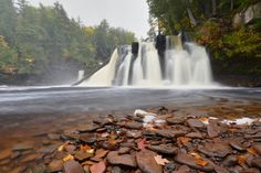 You can see all but one of Michigan's more than 300 waterfalls in the Upper Peninsula. Here are some of our visitors' favorite waterfall destinations. Beautiful Landscape Photography, Beautiful Landscapes, Amazing Photography, Mountain Waterfall, Waterfall Photo, Places To Travel, Places To Go, Girls Vacation, Michigan Travel