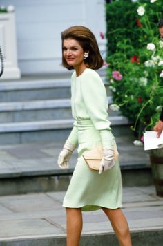 Jacqueline Kennedy Onassis attends the wedding ceremony of Caroline Kennedy and Edwin Schlossberg in the Church of Our Lady of Victory on July 1986 in Hyannis Port, Massachusetts. Get premium, high resolution news photos at Getty Images Jacqueline Kennedy Onassis, John Kennedy, Caroline Kennedy Wedding, Estilo Jackie Kennedy, Jackie O's, Jaqueline Kennedy, Les Kennedy, Olivia Palermo, Audrey Hepburn