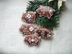 medovníčky Pound Cake, Cookie Decorating, Gingerbread Cookies, Sweets, Christmas Ornaments, Decorated Cookies, Holiday Decor, Pretty, Cakes