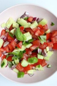 eten A super simple salad, we like that. The tomato and cucumber salsa is ideal for barbecues, pasta Afternoon Tea Cakes, Cucumber Salsa, Classic Salad, Cooking Recipes, Healthy Recipes, Easy Salads, Salad Recipes, Food And Drink, Appetizers