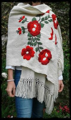Manta Rosas natural bordada en tonos rojos o fucsias Mexican Embroidery, Shirt Embroidery, Hand Embroidery Designs, Cross Stitch Embroidery, Poncho Outfit, Knitting Patterns, Crochet Patterns, Mexican Fashion, Handmade Dresses