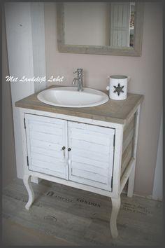 Landelijk badkamermeubel, ambachtelijk gemaakt. Te koop bij: WWW.METLANDELIJKLABEL.NL (webwinkel en showroom vol unieke oude brocante en landelijke meubels)