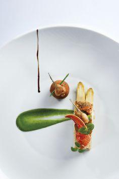 Dos de turbot sauvage rôti sur « l'os », cromesquis de grenouille et homard breton, crème d'ail fumé d'Arleux