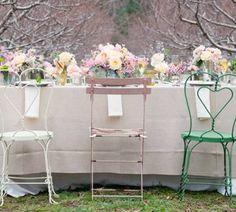 jolie table & chaises avec des tons différents...