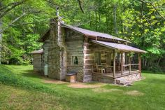 Log Cabin Living in Western NC Comes to Life - GreyBeard Realty and Rentals Log Cabin Living, Small Log Cabin, Little Cabin, Log Cabin Homes, Cozy Cabin, Old Cabins, Cabins And Cottages, Cabins In The Woods, Kombi Motorhome