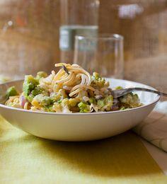 La ricetta degli spaghetti cremosi con broccolo romano è facile e veloce. E' un piatto con un sugo delicato e rafforzato con il sapore del broccolo romano.