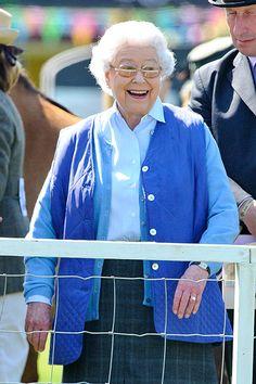 Queen Elizabeth enjoys sunshine at horse show