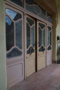 Budapest - Architectural photograph. Épületfotó - a Schwarz-ház (Budapest, Dob utca 53.) utcai szárnya előtti nyitott folyosó szélfogó ajtaja. http://www.artnouveau-net.eu/
