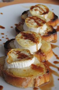 toast with goat cheese and honey Aperitivos Finger Food, Appetizer Recipes, Dessert Recipes, Yummy Food, Tasty, Snacks Für Party, Appetisers, Bruschetta, Food Inspiration