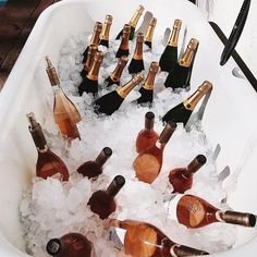 Rosenflaschen, Wein, Veuve Cliquot, Champagnerflasche, Luxusästhetik - just luxux Glace Fruit, Veuve Cliquot, Jus Detox, A Little Party, Champagne Bottles, Coffee Scrub, Wine Time, New Years Eve, Make It Simple