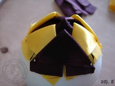 World Filografii: Christmas ornament artichokes (ribbon) - course Fabric Balls, Fabric Ribbon, Fabric Flowers, Quilted Christmas Ornaments, Christmas Crafts, Ribbon Crafts, Free Pattern, Quilts, Holiday Ideas