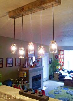 Con palets para reciclar y unos tarros podemos realizar esta preciosa lámpara, de una o varios bombillas, que bonita!!!!