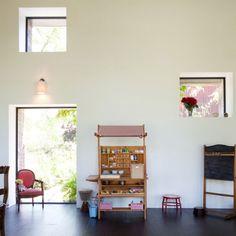 Renoviertes farmhaus große fenster ausschnitte weiße wände einrichtung