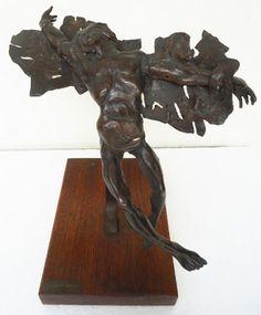 """Franco de Renzis - """"Icaro"""" peça em bronze com base em madeira. Medindo 37 cm de altura (escultura) e 23cm x 33cm x 5cm (base), total de 42 cm de altura."""