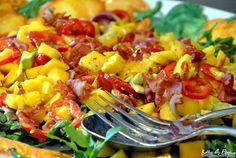 Rezept für einen Avocado-Mangosalat mit Rucola und Bacon. http://www.bettys-elbgruen.de/recipe/avocado-mangosalat-mit-rucola-und-bacon/