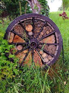 Make a bee hotel from an old wagon wheel. Make a bee hotel from an old wagon wheel. Bug Hotel, Rustic Gardens, Outdoor Gardens, Diy Garden Decor, Garden Art, Terrace Garden, Indoor Garden, Old Wagons, Garden Bugs