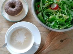 Erst gibts frischen Salat und dann Kaffee mit 'nem leckeren Donut.