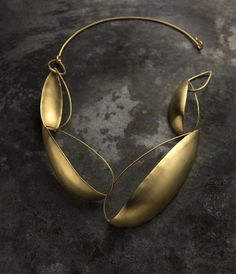 Collier Gipsy, laiton plaqué or (gold plated on brass) by Delphine Nardin Minimal Jewelry, Modern Jewelry, Metal Jewelry, Jewelry Art, Jewelry Necklaces, Bijoux Design, Jewelry Design, Fashion Accessories, Fashion Jewelry
