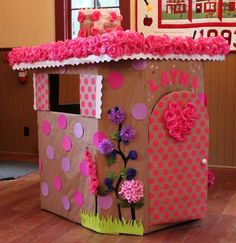 Today we decided to present you some creative and interesting DIY cardboard playhouse ideas. With some really basic and inexpensive materials, a plain cardboard box can be transformed into a stimulating and colorful play house. Cardboard Playhouse, Diy Playhouse, Cardboard Crafts, Cardboard Boxes, Diy For Kids, Crafts For Kids, Diy Crafts, Diy Karton, Diy School Supplies