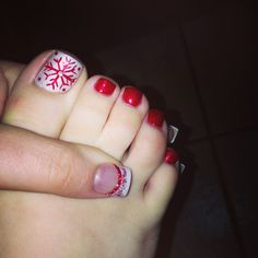 20 Best and Easy Christmas Toe Nail Designs - Fashiotopia Christmas Toes, Christmas Nail Polish, Xmas Nails, Christmas Nail Designs, Holiday Nails, Diy Nails, Christmas Manicure, Christmas Makeup, Green Christmas
