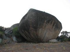 Cancho del Castillo. Imponente mole granítica en Peraleda de San Román. Debajo de ella se forma un refugio que antiguamente seguro que fue lugar de celebración de ritos mágicos.