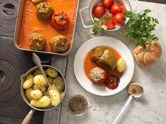 Gefüllte Paprika mit Paradeissauce und Salz-Kümmel-Kartoffeln Mini Paprika, Vegetables, Food, Stuffed Capsicum Vegetarian, Potato, Recipes With Feta, Chef Recipes, Essen, Vegetable Recipes