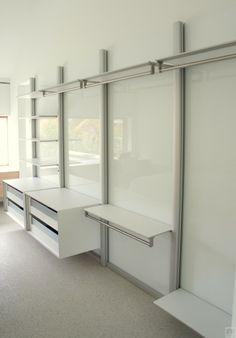 Moderne slaapkamer met inloopkast. Het modulair inloopkast systeem is ...
