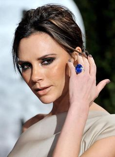- Photo - Victoria Beckham's engagement rings collection includes 14 rings, including some given to her by her husband David Beckham and others she bought herself Victoria Beckham Engagement Ring, Victoria Beckham Wedding, Celebrity Wedding Rings, Wedding Rings For Women, Celebrity Weddings, Celebrity Jewelry, Celebrity Couples, David Beckham, Estilo Gigi Hadid