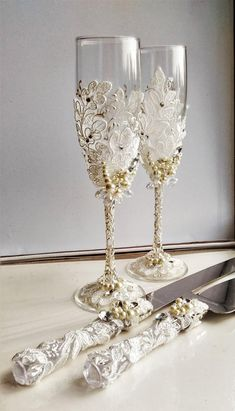 Personalized Wedding glasses and Cake Server Set cake cutter rustic wedding toasting flutes rustic wedding flutes and cake rustic set of 4 Wedding Wine Glasses, Wedding Champagne Flutes, Champagne Glasses, Unique Wedding Colors, Trendy Wedding, Rustic Wedding, Wedding Cake Server, Decorated Wine Glasses, Toasting Flutes