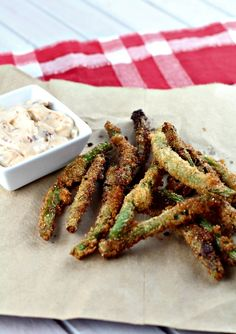 Deep Fried Green Beans - This deep friend green bean recipe uses several of my FAVORITE ingredients such as panko bread crumbs, chipotle and Tony Chachere's seasoning. I don't like green beans and never really have but this is the only way that I will eat them {if you could hear me talking you could hear the deep south in my voice as I talk about this dish!} Deep Fried Green Beans, Low Calorie Recipes, Easy Healthy Recipes, Healthy Desserts, Vegetarian Recipes, Eat Healthy, Diet Recipes, Snack Recipes, Aioli Sauce
