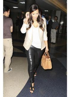 KIM KARDASHIAN  LOOK DE STAR GLAMOUR  Kim Kardashian améliore et impose son style.  Bas noir et haut crème, la star est ultra tendance.