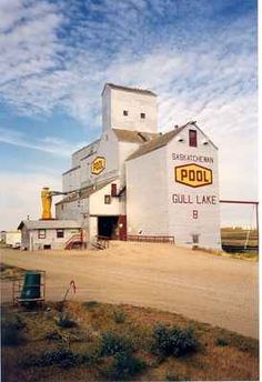 A Grain Elevator in Gull Lake: Images of Saskatchewan Ho Trains, Model Trains, Railroad Industry, Grain Storage, Fields Of Gold, O Canada, Old Farm, Old Buildings, Country Life