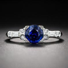 Elaborado por expertos en el platino, este anillo de compromiso diseñado recientemente cuenta con un rico, azul, zafiro facetado redondo, con un peso de 1,42 quilates, en este anillo no pasa de moda y de extraordinaria belleza única. El vástago del anillo brilla con brillantes diamantes talla brillante y baguette. Una alternativa perfecta a un anillo de compromiso de diamantes convencional. Actualmente suena el tamaño 6.