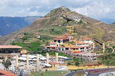 Parque Nacional del Chicamocha.   El cañón del Chicamocha es un accidente geográfico en Colombia ubicado en las riberas del río Chicamocha, durante su recorrido por los departamentos de Boyacá y principalmente de Santander, donde alcanza su máxima profundidad en inmediaciones de la ciudad de Bucaramanga, entre los municipios de Aratoca, Cepitá y Los Santos