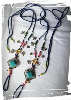Sandali a piede nudo hippy, molto colorati con motivo centrale in pietra dura howlite e argento tibetano nichel free.  Si ispirano ai colorati